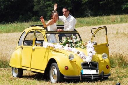 laissez vous emmener en tte de cortge pour un mariage et des photos inoubliables bord de cette voiture mythique et emblmatique - Location 2cv Mariage